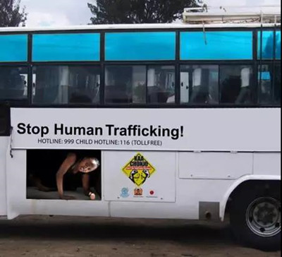 现在的公交车广告都玩得这么High吗?